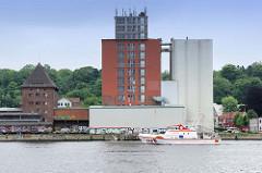 Speichergebäude / Silos im Flensburger Hafen - das Seenotrettungsschiff SAR Berthold Beitz fährt Richtung Ostsee.