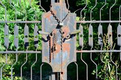 Mit einer Eisenkette verschlossenes altes Eisentor einer stillgelegten Fabrikanlage in Pilsen / Plzeň.