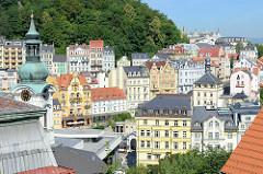 Panorama von Karlsbad /  Karlovy Vary - lks. einer der Türme  der Marie-Magdalenenkirche -  Architektur  des Hochbarocks, geweiht 1737 - Architekt  Kilian Ignaz Dientzenhofer.