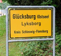 Ortsschild Glücksburg (Ostsee) - dänisch Lyksborg, Kreis Schleswig-Flensburg.