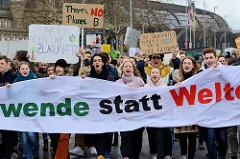 Transparent und Protestschilder mit der Aufschrift: Hab ich noch eine Zukunft + There's no Planet B. Fast 10 000 SchülerInnen protestieren am 15.03.2019 bei der Fridays for Future-Demonstration in Hamburg für mehr Klimaschutz.