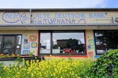 Flachbau mit gelber Ziegelfassade im Baustil der 1960er Jahre in der Neustadt von Flensburg; ehemalige Bank Filiale jetzt Kulturzentrum alte Deutsche Bank / Kulturbank.