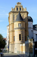 Turm und Giebelmauer - Seitenansicht vom Westböhmisches Museum in Pilsen / Plzeň.