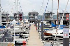 Ehemaliger Mürwiker Marinehafen an der Flensburger Fördepormenade - jetzt Nutzung als Marina für Sportboote. An den Aussenmolen stehen moderne Wasserhäuser mit eigenem Bootsanleger.