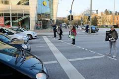 Ampelaktion Die Haut eines Anderen von PETA ZWEI Streeteam an der Kreuzung Mundsburger Damm in Hamburg Uhlenhorst. Mit Schildern weisen die DemonstrantInnen die Autofahrer*innen darauf hin, dass für Pelz, Daunen, Wolle und Leder Tiere leiden und ste