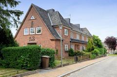 Wohnhäuser vom Parkhof in Flensburg. Der Parkhof entstand von 1925 bis 1928 als Wohnquartier vom Marinestützpunkt Flensburg-Mürwik  - Baustil Heimatschutzarchitektur - Architekten Karl Bernt + Karl Frehse.