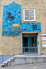 Verwaltungsgebäude mit farbigem Pferde-Mosaik am Pferdewasser in Flensburg - Künstler Siegfried Möller, 1962.