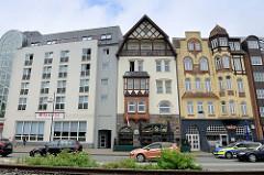Moderne und historische Gebäude an der Straße Norderhofenden in Flensburg.