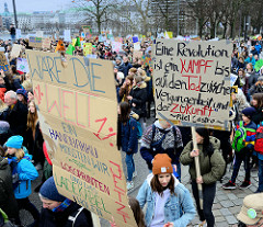 Fridays for Future - Demo in Hamburg - 01.03.2019 .DemonstrantInnen tragen Demoschilder ua. mit dem Slogan: Eine Revolution ist ein Kampf bis auf den Tod zwischen Vergangenheit und der Zukunft - Fidel Castro,