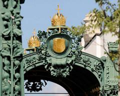 Detail / goldene Kronen am Hofpavillon Hietzing der Wiener Stadtbahn - Entwurf  Otto Wagner 1899.  Stationsgebäude der Wiener Stadtbahn, die nur für Kaiser Franz Joseph I. und seinem Gefolge errichtet wurde - der Pavillion ist heute eine Außenstelle