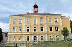 Schulgebäude mit Uhrenturm - mateřská škola / Kindergarten in der Straße Rumunská in Karlsbad /  Karlovy Vary.