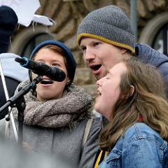 Fridays for Future - Demo in Hamburg - 01.03.2019; Rede von Klimaaktivistinnen bei der Abschlusskundgebung auf dem Hamburger Rathausmarkt.