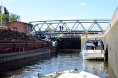 Schleuse Witzeeze vom  Elbe-Lübeck-Kanal, Sportboote und ein mit Schrott / Altmetall beladenes Binnenschiff liegen in der Schleusenkammer.