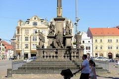 Sockel der barocken Pestsäule auf dem Pilsener Hauptplatz náměstí Republiky / Platz der Republik  in Pilsen / Plzeň; errichtet 1681.