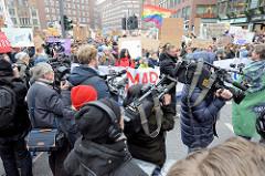 Fridays for Future - Demo in Hamburg - 01.03.2019.  Treffpunkt der DemonstrantInnen auf dem Gänsemarkt - Medinenleute / Journalisten drängen sich, um ein gute Foto / Filmaufnahmen  zu bekommen.