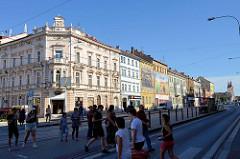 Haltestelle / Fussgängerübergang in der Hauptverkehrsstraße Klatovská třida in Pilsen / Plzeň - Wohnhäuser / Etagenhäuser in unterschiedlichem Baustil.