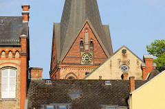 Blick über die Dächer der Stadt Flensburg zum Kirchturm der Sankt Marienkirche.
