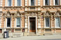 Eingang eines Gründerzeitgebäudes in der Straße Prašná in Karlsbad /  Karlovy Vary. Aufwändiges Stuckdekor / Reliefdekor - farblich abgesetzt - schmückt die Hausfassade.