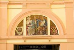Innenansicht vom Hauptbahnhof Pilsen / Plzeň - Wandbild mit Personen in Trachten - das Bahnhofsgebäude wurde 1907 eingeweiht - Architekt Rudolf Štech.