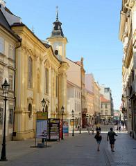 Fussgängerzone Bedřicha Smetany in der Altstadt von Pilsen / Plzeň, lks. einer der beiden Kirchtürme der St. Annakirche - ehem. Klosterkirche der Dominikanerinnen, erbaut nach 1714 - Baumeister J. Auguston.