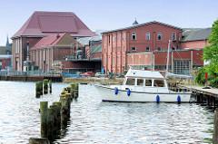 Gewerbegebiet am Hafen von Flensburg - alte Holzdalben dienen zum Festmachen von Booten.