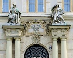 Eingang / Portal mit Skulpturen vom Landgericht Karlsbad / Karlovy Vary. Das Gebäude im Baustil der Neorenaissance wurde 1907 errichtet - Architekt Förster.