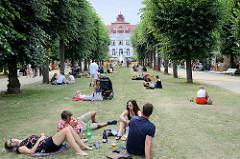 BesucherInnen im Smetana Park von Karlsbad /  Karlovy Vary - im Hintergrund das Elisabethbad – Bad V. Das Kurhaus wurde 1906 errichtet.