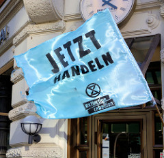 Fahne mit der Aufschrift: Jetzt handeln.Fast 10 000 SchülerInnen protestieren am 15.03.2019 bei der Fridays for Future-Demonstration in Hamburg für mehr Klimaschutz
