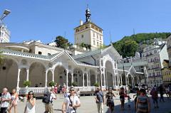 Geschnitzte Holzkolonnaden  am Tržiště / Marktplatz von  Karlsbad /  Karlovy Vary; errichtet 1883 - Architekten Ferdinand Fellner und Hermann Helmer.