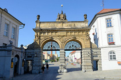 Historisches Tor - Brauerei Pilsner Urquell /  Plzeňský Prazdroj in der Stadt Pilsen / Plzeň; Jahreszahlen 1842 - 1892.