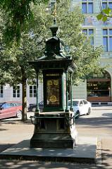 Wettersäule / Wetterhäuschen in der Grünanlage Kopeckého sady von Pilsen / Plzeň. Die Wettersäulen wurden Ende des 19. Jahrhunderts aufgestellt und waren ausgestattet mit meteorologischen Instrumenten, Thermometer, Barometer und Hygrometer. Ergänzt