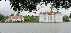 Blick über den Schloßteich zum Schloß Glücksburg. Das Renaissanceschloß  ist eine der bekanntesten Sehenswürdigkeiten Schleswig-Holsteins.