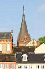 Blick über Dächer von Flensburg zum Kirchturm der St. Marienkirche.