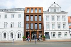 Neu + Alt - Gebäude vom Hotel Hafen Flensburg an der Schiffbrücke; die spätklassizistischen Gebäude wurden um 1850 errichtet - vormals Kaysers Hof. Ab 1981 u.a. Nutzung als Eroscenter / Bordell - jetziger Hotelneubau, Fertigstellung 2016.