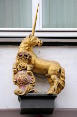 Goldenes Einhorn an der Fassade der Ratsapotheke in Flensburg - ursprüglich um 1766 angefertigt.