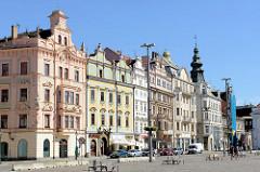 Historische Wohnhäuser / Geschäftshäuser auf dem Platz der Republik / náměstí Republiky in der denkmalgeschützten Altstadt von  Pilsen / Plzeň.