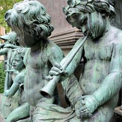 Detail vom Beethoven-Denkmal in Wien - musizierende Bronze Putten; das Denkmal / Bronzestandbild wurde 1880 eingeweiht - Entwurf Bildhauer  Caspar von Zumbusch.