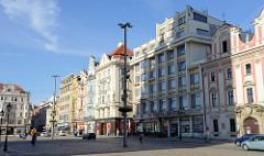 Wohn- und Geschäftshäuser unterschiedlicher Baustile am Platz der Republik / náměstí Republiky in der denkmalgeschützten Altstadt von Pilsen / Plzeň.