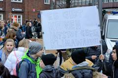 Fridays for Future - Demo in Hamburg - 01.03.2019. DemonstrantInnen auf dem Gänsemarkt tragen ein  Demoschild mit dem Slogan: Es gibt keinen Imfstof gegen Klimawandel.