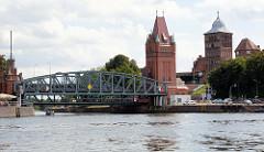 Blick zur historischen Hubbrücke /  Marstallbrücke und dem Brückenturm in der Hansestadt Lübeck - Mündung des Elbe-Lübeck-Kanals in die Trave.