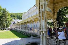 Parkcolonnade / Gartenkolonnade in Karlsbad / Karlovy Vary - Laubengang mit gusseinsernen Ziersäulen und Dachkonstruktion; errichtet 1881 - Architekten Architekten Fellner und Helmer.