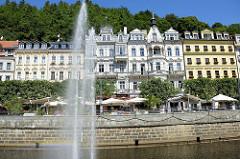 Blick über den Fluss Teplá zur prunkvollen Gründerzeitarchitektur - Hotels, Wohnhäuser / Geschäftshäuser an der Stará Louka von Karlsbad /  Karlovy Vary.