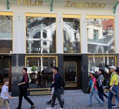 Fussgängerzone - Touristen am Tržiště / Marktplatz in Karlsbad /  Karlovy Vary.