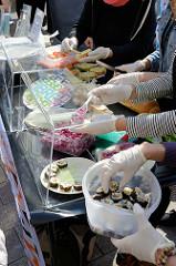 """Welttag für das Ende der Fischerei. am 30.03.2019 - Aktionen an der Mönckebergstraße in Hamburg. Vegane  Snacks zeigen, dass auch ohne Tierqual und -tötung lecker und gesund """"fischig"""" genießen kann."""