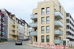 Neu + Alt, moderner Neubau und mehrstöckige Gründerzeitgebäude in der Duburger Straße von Flensburg.
