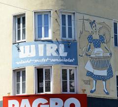Wohnhaus, Geschäftshaus in Wien - rundes Eckhaus, errichtet 1958. Fassadenmalerei Waschfrau mit Wäschekorb - WIRL, wäscht - putz - vermietet.