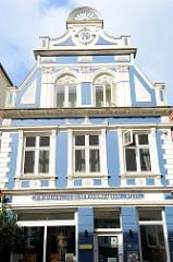Gründerzeitgebäude mit blau / weiß abgesetzter Fassade einer ehem. Schlachterei in der Norderstraße von Flensburg - jetzt Nutzung als Produktionsgalerie.