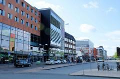 Moderne Geschäftshäuser / Kaufhäuser am ZOB in Flensburg.