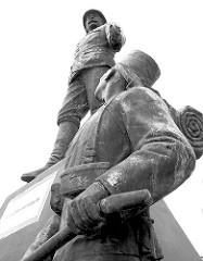 Wissmann Projekt afrika-hamburg.de an den St. Pauli Landungsbrücken; 2004 - 2005. Das Figurenensemble vom Wissmann Denkmal ist als künstlerisches Projekt gedacht und soll die Diskussion über die koloniale Vergangenheit Deutschlands und des Hambur