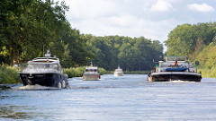 Schiffsverkehr auf dem Elbe-Lübeck-Kanal - Sportboote und ein Binnenschiff auf der künstlichen Wasserstraße.